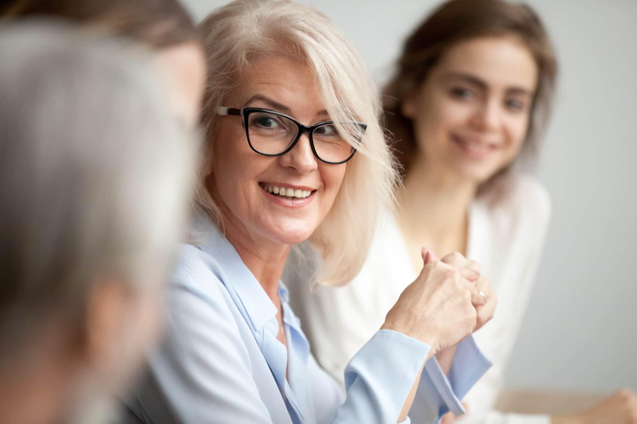 Smilende, eldre dame sammen med yngre dame.