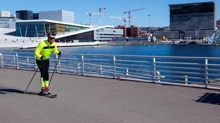 Mann står på rulleski foran operaen i Oslo.