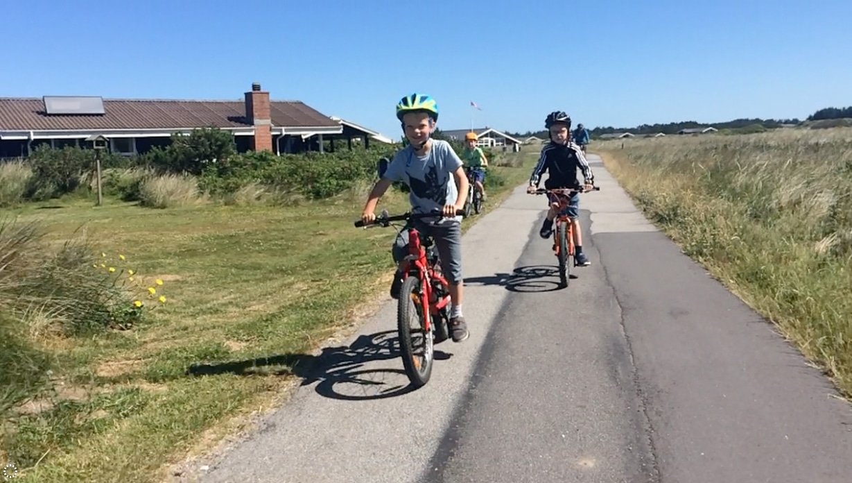 To gutter på sykkel