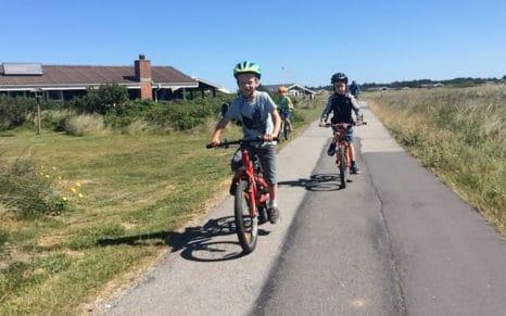 Barn som sykler.